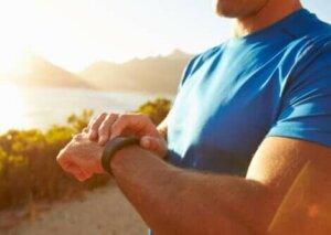 Un homme avec un bracelet de fitness.
