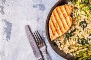 Un plat de poulet avec du riz et des asperges.