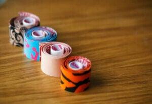 Des bandages de couleur.