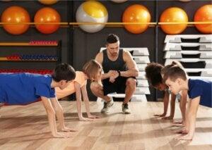 Un groupe d'enfants suivant un entraînement fonctionnel.