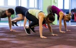 Un groupe de personnes qui font des exercices.