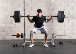 Un homme qui fait des squats.