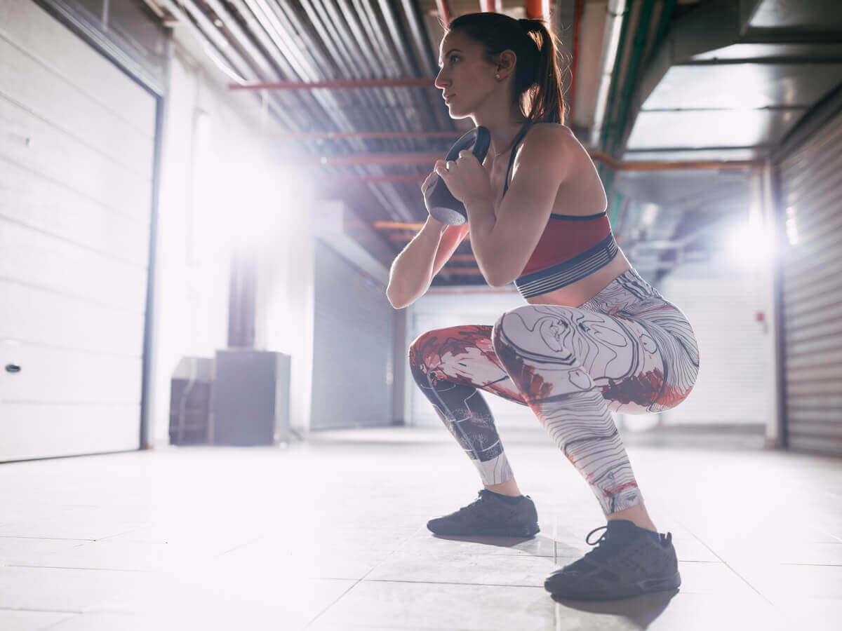 Une femme qui fait des squats.