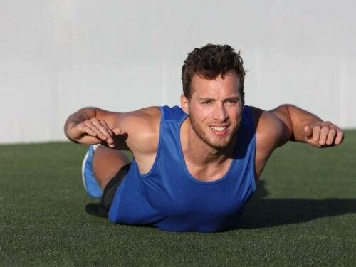 Le superman est un des exercices du haut du corps.