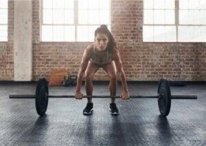 Une sportive concentrée et déterminée pour un lever de poids.