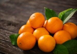 De belles oranges sur une table.