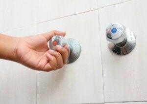 Les robinets d'une douche.