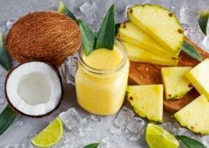 Smoothie à l'ananas et à la noix de coco.