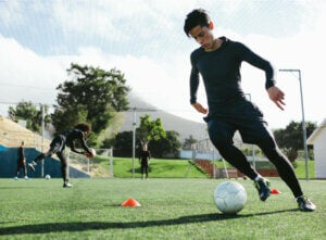 Un jeune qui joue au football.