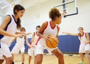 Une équipe féminine de basket lors d'un match.