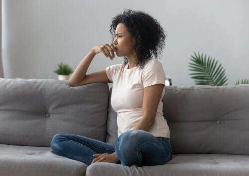 Le syndrome de la cabane crée beaucoup d'anxiété pour la personne qui en souffre.