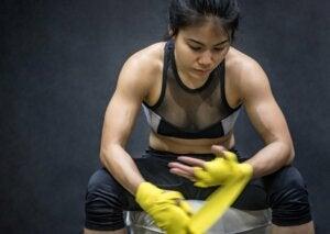 Une femme se concentre avant l'entraînement.