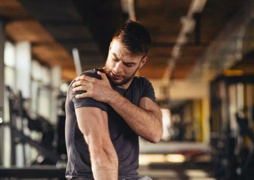 Une épaule touchée par une élongation musculaire.