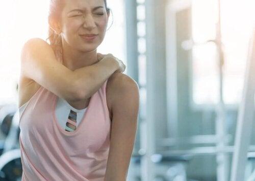 Une femme souffrant d'une élongation musculaire.