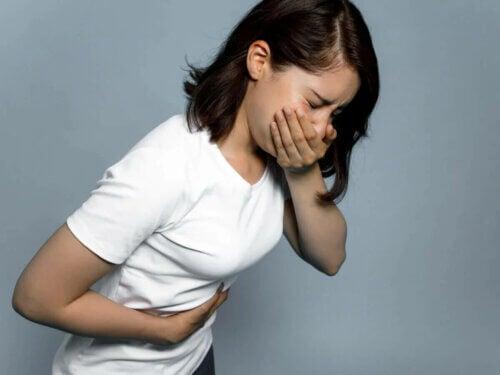 Une femme avec des nausées.