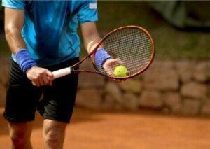 Un joueur de tennis qui s'apprête à servir.
