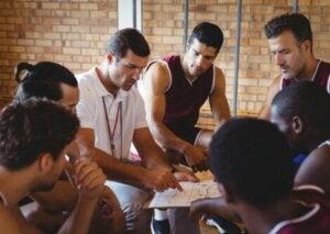 Une équipe de basket avec leur entraîneur dans les vestiaires.