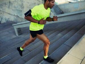 Un homme qui court dans les escaliers.