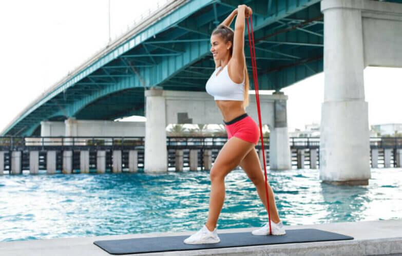 3 exercices avec bande élastique pour les triceps