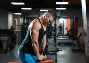 Une bande élastique pour les triceps.