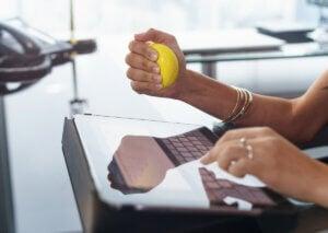 Renforcer les poignets avec une balle anti-stress.