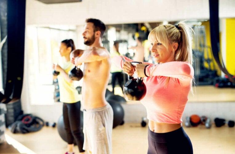 4 exercices pour travailler votre dos avec des poids russes
