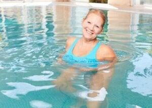 Une femme âgée dans une piscine.