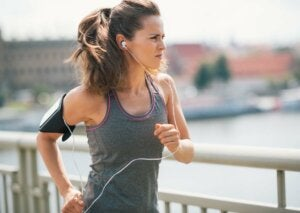 Une femme qui fait du running.