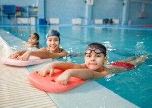Trois enfants au bord d'une piscine.