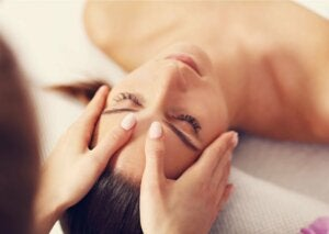 Massage du visage.