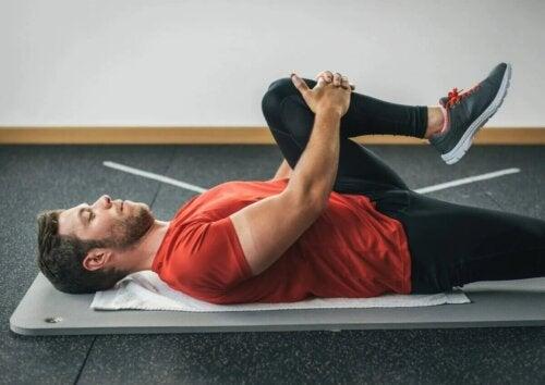 Homme cherchant augmenter la flexibilité de ses jambes.