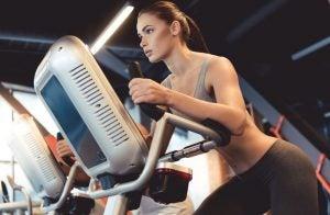 donna che si allena su una bici ellittica