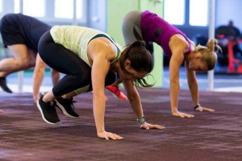 Un gruppo di ragazze eseguono il burpee, un tipico esercizio dell'Allenamento HIIT.