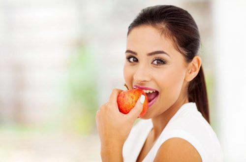 Ragazza mangia frutta