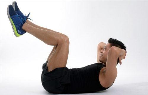 Uomo esegue esercizi addominali