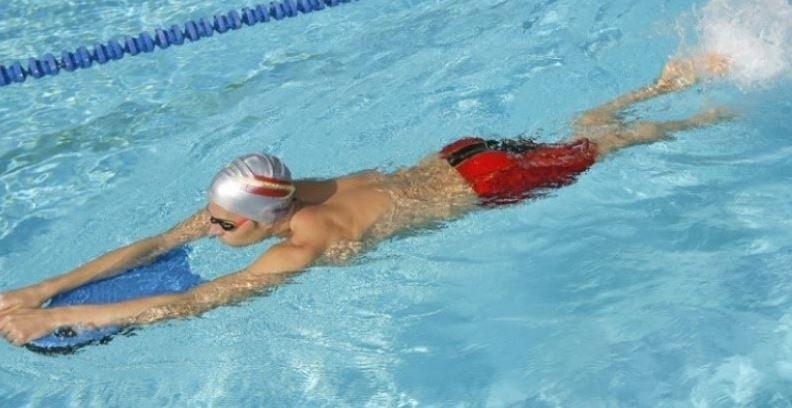 Il nuoto aiuta la diuresi e non grava sugli arti inferiori