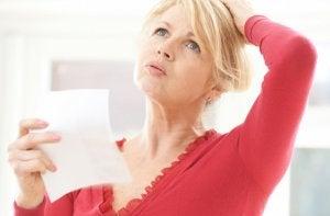 donna in menopausa che si tiene la testa