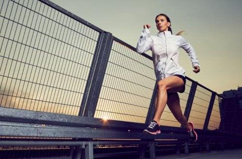 Donna che corre sul ponte.