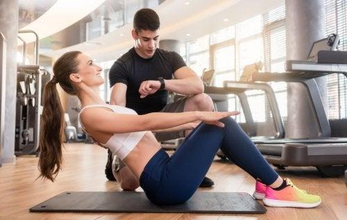 Donna si allena per ottenere cambiamento fisico