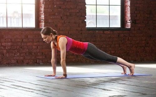 Esercizi di yoga per rafforzare le braccia