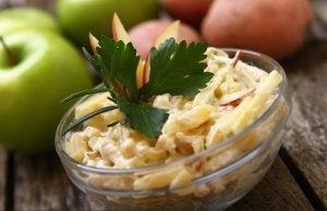 piatto di insalata russa con mele