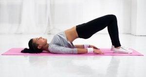 Esercizio di ponte con il bacino per allungare la schiena.