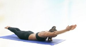 Donna nella posizione yoga del delfino