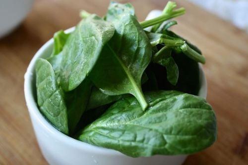 Foglie di spinaci crudi
