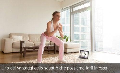 Donna fa squat in casa