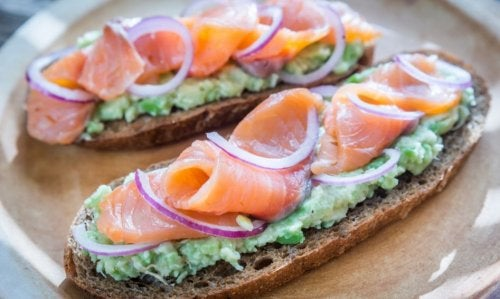 Fette di pane tostado con salmone e cipolla