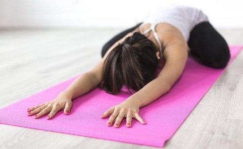 4 semplici esercizi da provare per iniziare con lo yoga