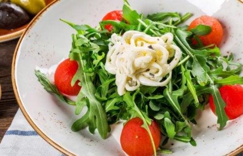 Insalata con salse tra alimenti che sembrano salutari