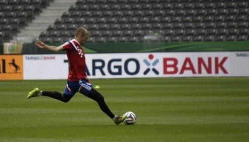 calciatore colpisce la palla-calcio