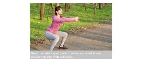 Donna che esegue squat nel parco